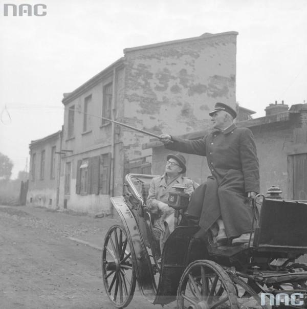"""Stefan Wiechecki """"Wiech"""" podczas przejażdżki po Targówku Fabrycznym w październiku 1960 roku. Zdjęcie zrobił Zbigniew Siemaszko z okazji jubileuszu 30-lecia twórczości Wiecha"""
