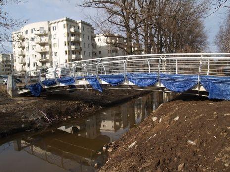 Mostki będą wyglądały tak jak ten na ul. Przy wodzie. Tutaj jeszcze w czasie budowy