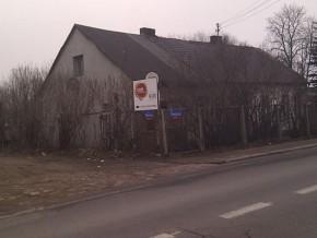 Dziś tak wygląda skrzyżowanie Wiernej ze Swojską, czyli główny dojazd do nowego przystanku kolejowego. Żeby zbudować porządną ulicę, trzeba zburzyć jeden dom.