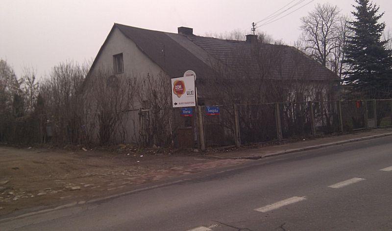 Dom na skrzyżowaniu Wiernej ze Swojską stał jeszcze na jesieni / fot. targowek.info