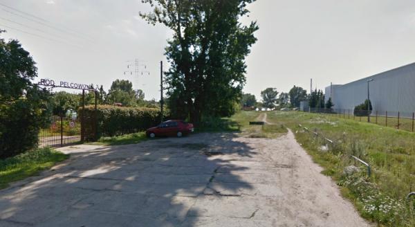 Tak to miejsce wyglądało latem. Droga kończy się przy wjeździe na działki / fot. Google Street View