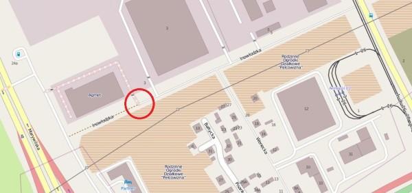 Ulica jest nieprzejezdna w miejscu zaznaczonym kółkiem / © użytkownicy OpenStreetMap, CC BY-SA