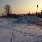 Ulica nielegalnie zagrodzona hałdą śniegu