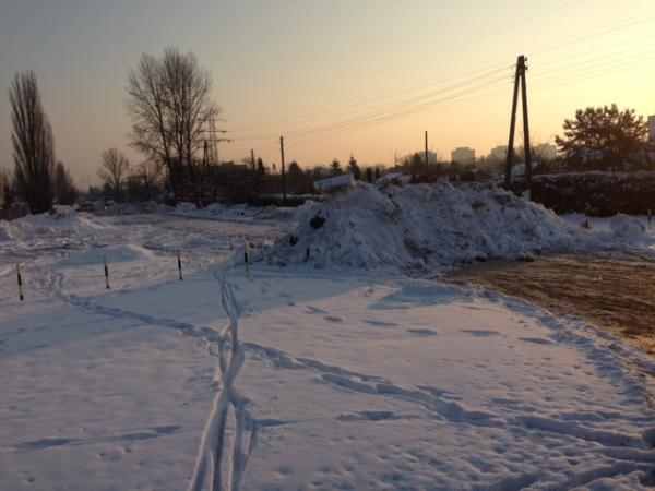 Góra śniegu na środku ul. Inowłodzkiej / fot. przysłał Arutr