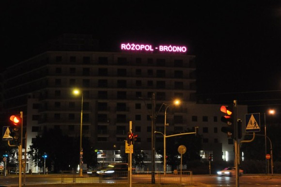 """Różowy neon na budynku """"Różopol"""" w nocy widać z daleka /fot. adtechnika.pl"""