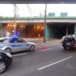Samochód na torach przy Rondzie Żaba