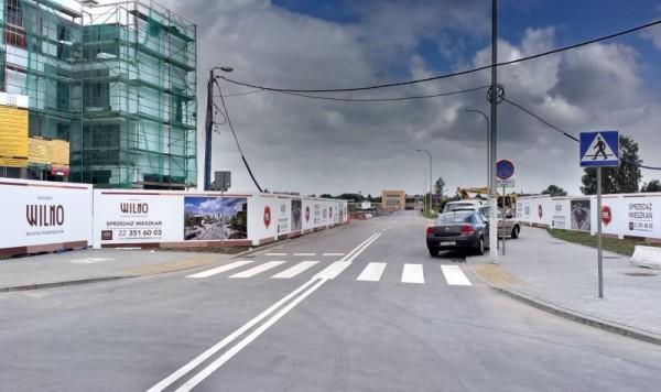 Ulica Wierna w kierunku stacji. Zakaz parkowania jest dla mięczaków ;) / fot. targowek.info