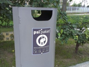 Kosz na psie kupy na nowym skwerze / fot. targowek.info