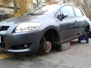 Samochód bez kół na Zaciszu /fot. targowek.info