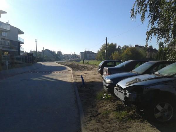 Przy nowej ulicy stoją, jak dawniej, wraki aut z tutejszego warsztatu samochodowego / fot. targowek.info