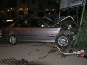 Rozbite BMW na płocie przedszkola przy ul. Jórskiego / fot. Straż Pożarna