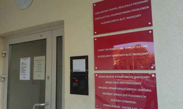 W środku znajdują się urzędy odpowiedzialne za zdrowie i politykę społeczną