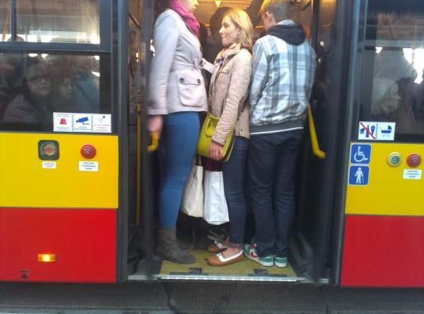 Trudno wcisnąć się do autobusu m.in. na przystanku na Trockiej