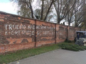 Dziwne napisy na murze Cmentarza Bródnowskiego