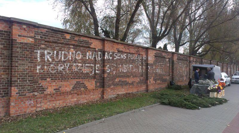 napis na murze1