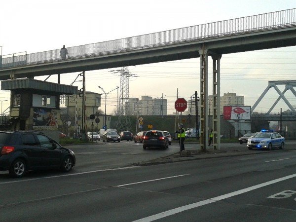 Policjanci kierują ruchem na skręcie z Radzymińskiej w Naczelnikowską /fot. targowek.info
