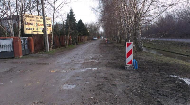 Na początku ul. Rzewińskiej latarnie stawiane są na jej skraju...