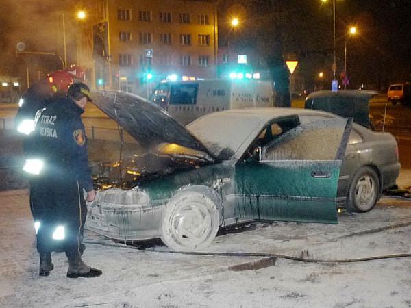 Pożar samochodu obok stacji benzynowej /fot. Straż Miejska