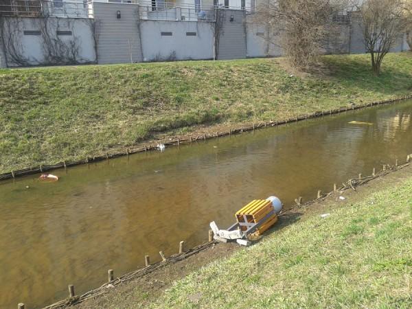 W wodzie wylądował nawet kosz na śmieci /fot. targowek.info