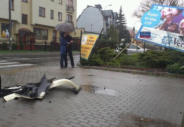 Płot przedszkola i billboard nie wytrzymały uderzenia czarnego audi / fot. targowek.info