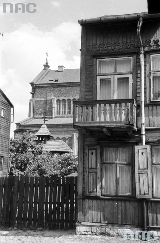 Drewniany dom tuż obok kościoła Chrystusa Króla ok. 1960 r. /fot. Narodowe Archiwum Cyfrowe