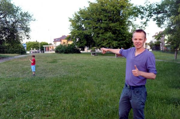 Marcin Gałązka wskazuje miejsce, na którym może powstać plac zabaw /fot. M. Gałązka