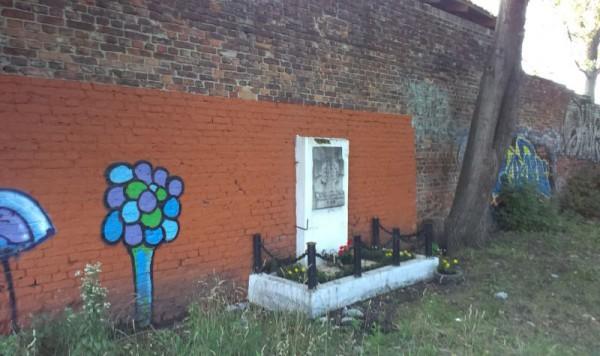 Miejsce pamięci przy ul. Spytka z Melsztyna jest sprzątane co roku przed 1 sierpnia / fot. targowek.info