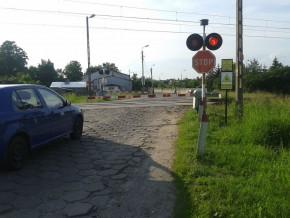 Przejazd kolejowy przez ul. Bukowiecką. Piesi proszeni są o fruwanie / fot. targowek.info