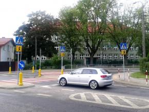 Skrzyżowanie Jórskiego i Samarytanka, w tle szkoła / fot. targowek.info