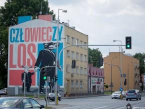 Nowy mural powstanie na pomarańczowej kamienicy z prawej stroeny zdjęcia /fot. Street Art Doping