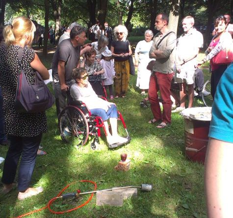 Gdy trwały przemówienia, Paweł Althamer, pomysłodawca całego parku, oprowadzał mieszkańców po parku i tłumaczył jak wypala się gliniane przemioty