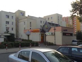 Trzy sklepy z alkoholem w jednym małym bloczku przy Mokrej / fot. targowek.info