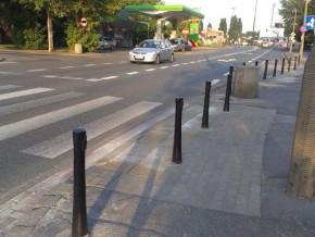 Chodnik na wysokości weterynarza. Nie ma jak podjechać na miejsca pod kliniką / fot. targowek.info