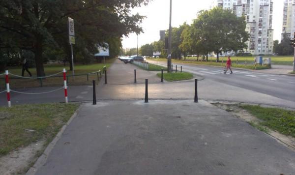 Kawałek wolnego chodnika, dalej samochody parkują pod skosem. Gdzieniegdzie trawnik kierowcy wyłożyli kostką bauma, żeby im się lepiej wjeżdżało / fot. targowek.info