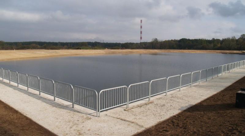 Do zbiornika schodzi się betonowymi schodkami / fot. targowek.info