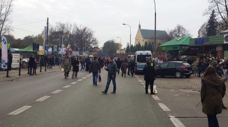 Ulica świętego Wincentego 1 listopada 2014 r. - na lewo frytki i balony, na prawo cmentarz /fot. targowek.info