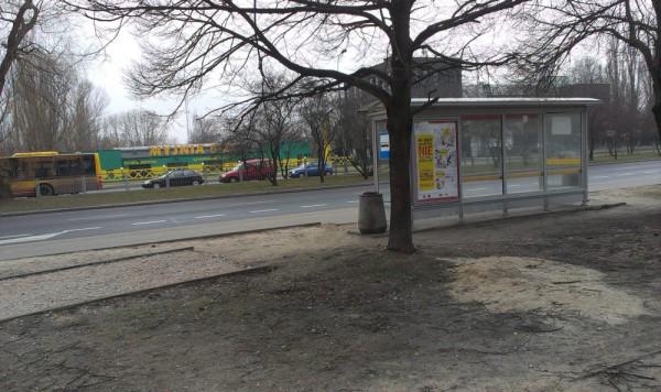 Ścieżka rowerowa wzdłuż Wysockiego wpada wprost na przystanek / fot. targowek.info