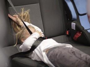 Dziecko źle zapięte spada podczas hamowania / fot. mat.prasowe