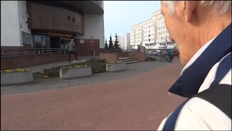 """Fragment filmiku """"Z panem Rysiem w urzędzie"""" / YouTube"""