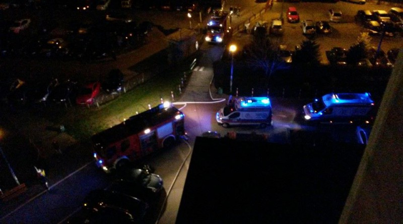 Samochody straży przeciskają się do pożaru na Wyszogrodzkiej / fot. od czytelnika
