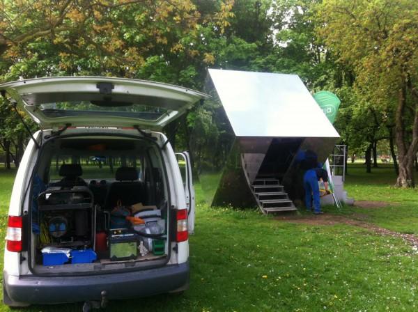 Podłączanie prądu w Domku Herbacianym / fot. Domek Herbaciany w Parku Rzeźby/Facebook