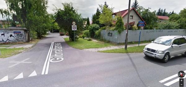 """Skrzyżowanie Kondratowicza i (jeszcze) Gibraltarskiej. Może przy okazji """"sprzątania"""" ulic, będa też sprzątnięte obrzydliwe bazgroły z płotów... / fot. Google Maps"""