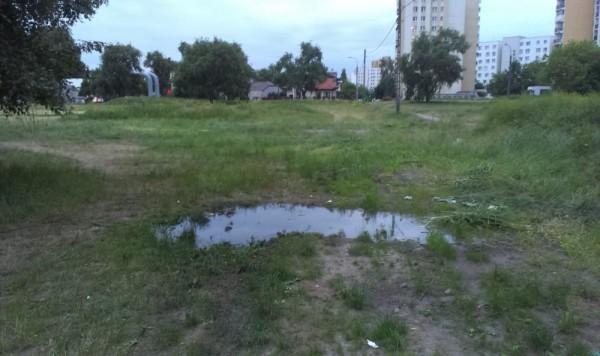 Śmierdząca kałuża pozostała po wesołym miasteczku / fot. czytelnik targowek.info