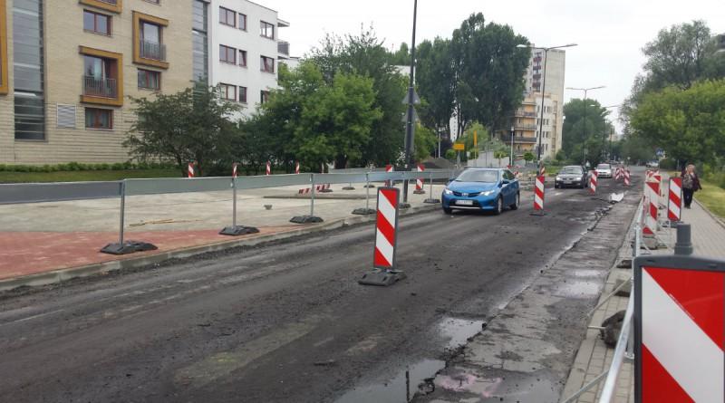 Z powodu nieudanego remontu samochody na Malborskiej muszą jeździć po placu budowy / fot. targowek.info