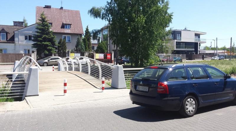 """Mostek i ulicę dzieli jeden metra """"zejścia"""" / fot. targowek. info"""