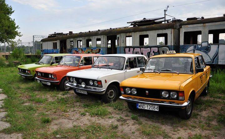 Zabytkowe samochody na tle zabytkowego pociągu / fot. Muzeum Komunikacji.