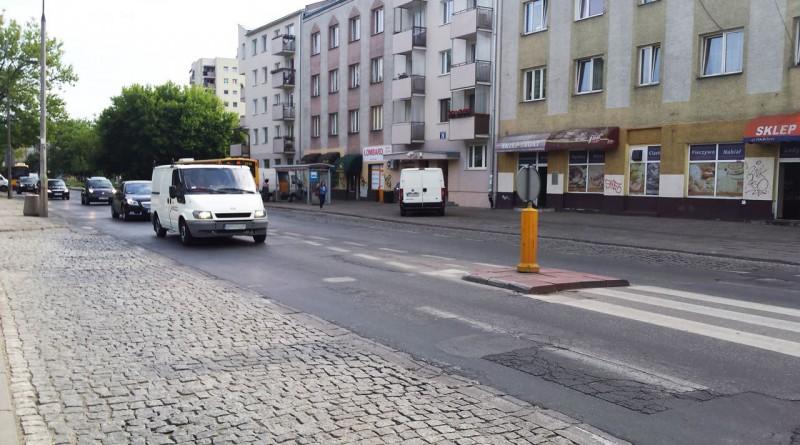 Pełen dziur odcinek ul. św. Wincentego na Targówku jeszcze poczeka na wymianę nawierzchni / fot. targowek.info