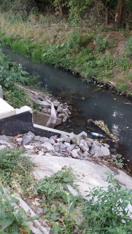 W tym miejscu kanał jest przegrodzony i woda kierowana jest przepustem do jeziora.