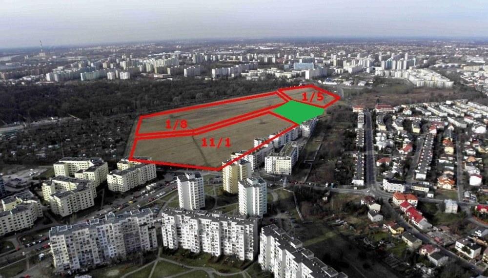 Działkę pod szkołę zaznaczyliśmy na zielono. Na pozostałych częściach pola PGR będą bloki o gabarytach Zielonego Zacisza / fot. ANR
