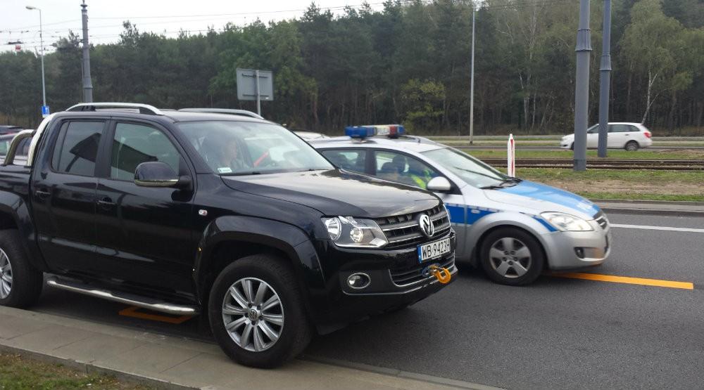 Policja na Odrowąża przebija się na sygnale przez buspas